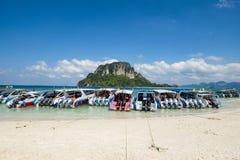海滩的游人在泰国,亚洲 竹海岛在Thailan 图库摄影