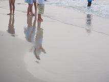 海滩的游人 免版税图库摄影