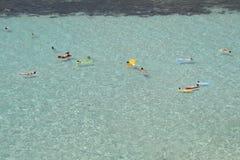 海滩的游泳者 免版税库存照片