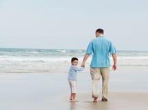 海滩的父亲和儿子 免版税库存图片
