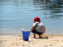 海滩的男孩 免版税库存照片