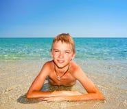 海滩的男孩 免版税图库摄影