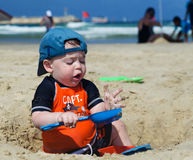 海滩的男婴 库存照片