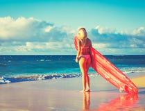 海滩的白肤金发的冲浪者女孩 免版税图库摄影