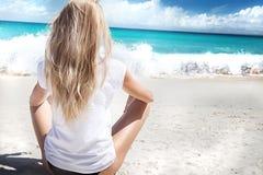 海滩的白肤金发的女孩,放松 免版税图库摄影