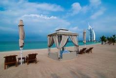 海滩的看法有Burj Al阿拉伯人旅馆的迪拜 库存图片