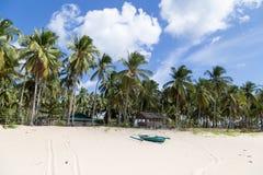 海滩的看法从海的 棕榈树和小船 库存照片