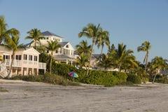海滩的看法从渔码头的在迈尔斯堡海滩,佛罗里达 免版税库存图片