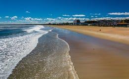 海滩的看法从码头的在老果树园海滩,缅因 免版税图库摄影