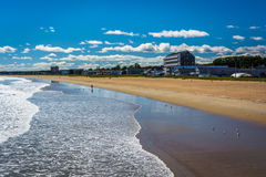 海滩的看法从码头的在老果树园海滩,缅因 库存照片