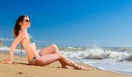 海滩的秀丽少妇 免版税库存图片