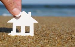 海滩的纸房子 抵押的概念 免版税图库摄影