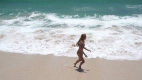 海滩的美丽的女孩是愉快的 股票录像