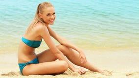 海滩的美丽的女孩 股票视频