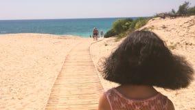 去海滩的美丽的女孩 股票录像