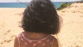 去海滩的美丽的女孩 影视素材