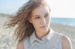海滩的美丽的女孩 库存照片