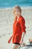 海滩的美丽的女孩 图库摄影