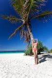 海滩的美丽的妇女在可可椰子附近 图库摄影