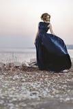 海滨的美丽的妇女 免版税库存图片