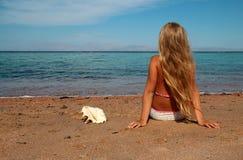 海滩的美丽的小女孩 免版税图库摄影