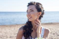 海滩的美丽的新娘,女孩亚洲人 库存图片