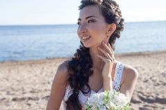 海滩的美丽的新娘,女孩亚洲人 免版税库存图片