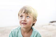 海滩的美丽的男孩 免版税库存图片