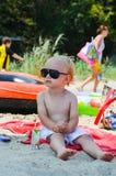 海滩的美丽的白肤金发的小男孩 免版税图库摄影