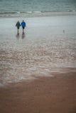 海滩的老人 免版税图库摄影