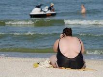 海滩的肥胖妇女 免版税库存照片