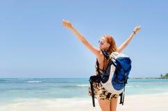 海滩的背包徒步旅行者 库存照片