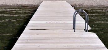 海滩的木甲板 图库摄影