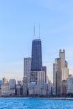 海滩的芝加哥市都市摩天大楼 库存照片