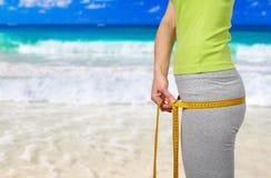 海滩的苗条妇女 免版税图库摄影