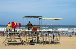 海滩的许多人民反对海洋和蓝色地平线 免版税图库摄影
