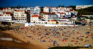 海滩的许多人民 免版税库存图片