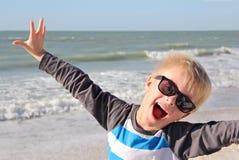 海滩的超级愉快的小男孩 库存照片