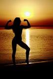 海滩的运动女孩 免版税库存照片