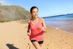 海滩的连续体育运动员赛跑者妇女 免版税图库摄影