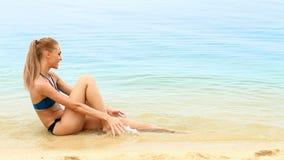 海滩的逗人喜爱和新鲜的妇女 影视素材