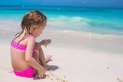 海滩的逗人喜爱的小女孩在暑假时 免版税库存图片