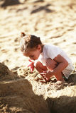 海滩的逗人喜爱的小女孩 免版税图库摄影