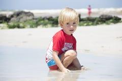 海滩的逗人喜爱的男孩 免版税图库摄影