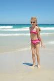 海滩的逗人喜爱的矮小的白肤金发的女孩 免版税库存图片