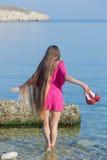 海滩的长发女孩 免版税库存照片