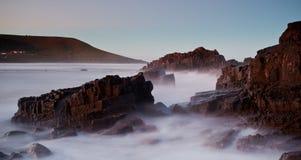 有薄雾的海和岩石 库存图片