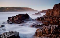 有薄雾的海和岩石 库存照片