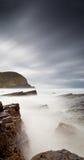 有薄雾的海和岩石 免版税库存照片
