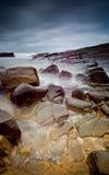 有薄雾的海和岩石 免版税图库摄影